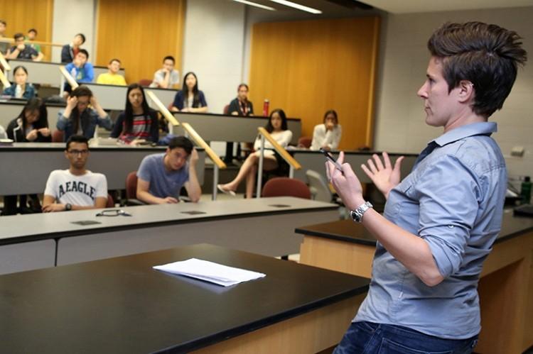 Ванесса Селбст читает лекцию перед студентами